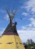 Indisk tipi med Calgary horisont i bakgrund Fotografering för Bildbyråer