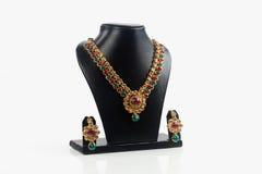 Indisk traditionell guld- halsband med örhängen arkivbild