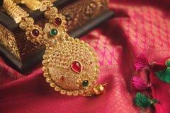 Indisk traditionell guld- halsband med Gemstones arkivfoto