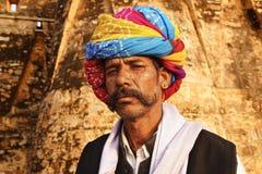 indisk turban för manståenderajasthani Royaltyfri Fotografi