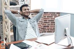 Indisk ung affärsman Work på datoren på tabellen fotografering för bildbyråer