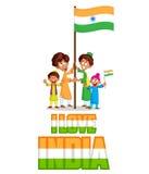 Indisk unge som hissar flaggan av Indien Arkivbild