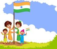 Indisk unge som hissar flaggan av Indien Arkivfoton