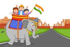 Indisk unge som hissar flaggan av Indien Royaltyfri Fotografi