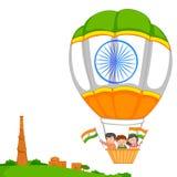 Indisk unge som hissar flaggan av Indien Royaltyfri Bild