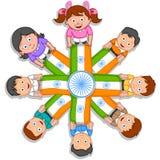 Indisk unge som hissar flaggan av Indien Royaltyfria Foton