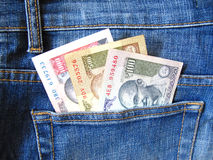 Indisk valuta i jeansfack Arkivbild
