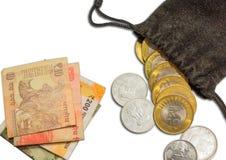 Indisk valuta 10 rupie mynt i påse och anmärkningar av 10 20 200 och 500, royaltyfri foto