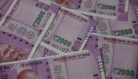 Indisk valuta, tvåtusen indiska rupie i bakgrund Royaltyfri Foto