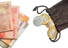 Indisk valutavisning av nya 200, 500,10 och 20 rupier och 10 rupie mynt i påse, Royaltyfria Foton