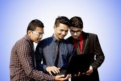 Indiska anställda som tillsammans arbetar royaltyfri foto