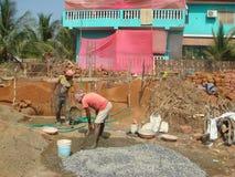 Indiska arbetare häller fundamentet av kojan goa Royaltyfri Fotografi
