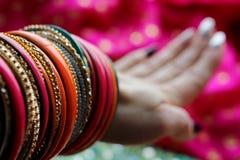 Indiska armband p? den h?rliga sjalen Indiskt mode arkivfoto