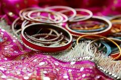 Indiska armband p? den h?rliga sjalen Indiskt mode royaltyfri foto