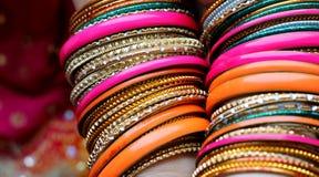 Indiska armband p? den h?rliga sjalen Indiskt mode arkivbild
