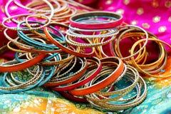 Indiska armband p? den h?rliga sjalen Indiskt mode royaltyfria foton