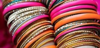 Indiska armband p? den h?rliga sjalen Indiskt mode royaltyfri bild