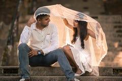 Indiska asiatiska malaysiska par som tycker om varje - annat företag Fotografering för Bildbyråer