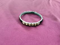 indiska bangles Armband med diamanter p? violett bakgrund royaltyfria foton