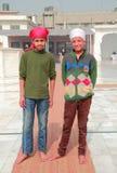 Indiska barn från fattiga familjer ser någonstans Arkivbilder