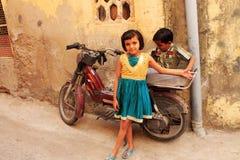 Indiska barn med mopeden Royaltyfri Bild