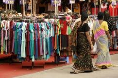 Indiska besökare som shoppar i en årlig konsumentutställning arkivbilder