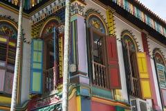 Indiska färgrika byggnadsgator i staden av Singapore Royaltyfria Foton