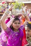 Indiska flickor som bär den traditionella Rajasthani klänningen, deltar i ökenfestival i Jaisalmer, Rajasthan, Indien Royaltyfri Bild