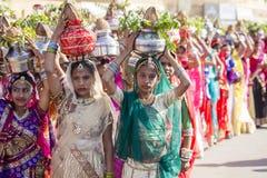Indiska flickor som bär den traditionella Rajasthani klänningen, deltar i ökenfestival i Jaisalmer, Rajasthan, Indien Royaltyfria Bilder