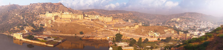 Indiska gränsmärken - panorama med det bärnstensfärgade fortet, sjön och staden Royaltyfri Bild