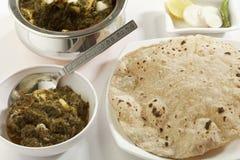 Indiska grönsakmatspenat med keso med rå grönsaker med chapatien Royaltyfria Foton