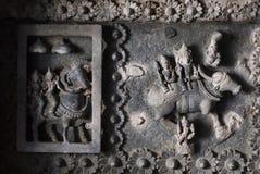 Indiska gudar Siva och Parvati på tak av den 12th århundradetemplet Hoysaleswara med fantastiska carvings Arkivfoto