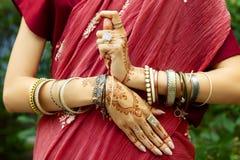 Indiska h?nder med mehendiattraktioner och armband royaltyfria foton