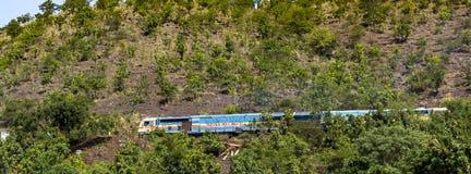 Indiska järnvägar på ett berg arkivbild