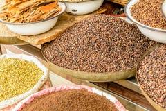 Indiska kryddor i den lokala marknaden i New Delhi Arkivfoton