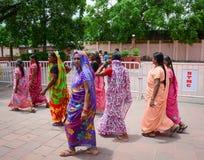 Indiska kvinnor i sarees som går på gatan i Bodhgaya, Indien Royaltyfri Foto