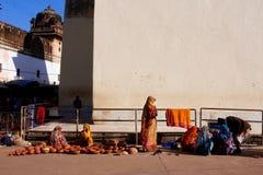 Indiska kvinnor säljer keramiska krukor på gatan Fotografering för Bildbyråer