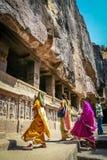 Indiska kvinnor som besöker Ellora grottor Arkivbilder