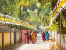 Indiska kvinnor som går i gatan Arkivfoton