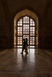 Indiska kvinnor som går inom den Taj Mahal sidan royaltyfria bilder