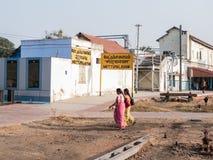 Indiska kvinnor som går nära en drevstation Arkivbild