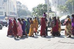 Indiska kvinnor som går på gatan india mumbai Arkivbilder