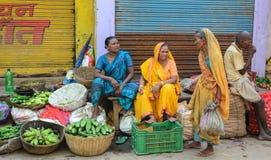 Indiska kvinnor som säljer grönsaker i en marknad Arkivfoto