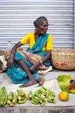 Indiska kvinnor som säljer greengroceryen på gatamarknadsstället Arkivbilder