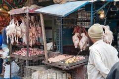 Indiska män säljer höna på Russell Market i Bangalore Arkivfoto