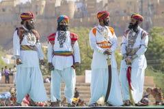 Indiska män som bär den traditionella Rajasthani klänningen, deltar i herr Desertera striden som delen av ökenfestivalen i Jaisal Arkivbild
