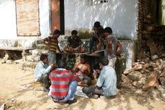 Indiska män som spelar kort Fotografering för Bildbyråer
