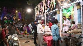 Indiska män vid en gata står på marknaden i Jodhpur i nattetid stock video