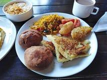 Indiska matris, br?d, potatis, gr?nsaker ah bizhyuteriyagoaindia handlar det indiska near havet kvinnor arkivfoto