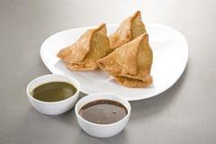 Indiska mellanmål Samosa med chutney Arkivbilder